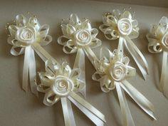 Svadobné pierka pre všetkých, Diy Ribbon, Ribbon Work, Ribbon Crafts, Flower Crafts, Wedding Gift Wrapping, Wedding Gifts, Fabric Bows, Fabric Flowers, Boutonniere Pins