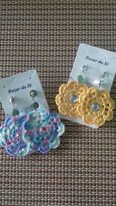 Brinco confeccionado com a técnica do crochê. ...várias cores
