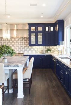Are you looking for some amazing ideas for your new kitchen backsplash? Installing a new backsplashk is a great way to update your kitchen without going through a full remodel. Kitchen Backsplash Designs, Blue Kitchens, Beautiful Kitchens, Kitchen Colors, Blue Kitchen Designs, Kitchen Remodel, Kitchen Decor, Colorful Kitchen Backsplash, Home Kitchens
