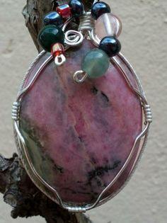 Colgante de piedra natural. Rodonita con abalorios alambre de latón plateado.