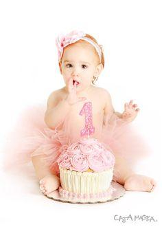 Foto de smash cake de niña en fondo blanco. El primer año nunca se olvida.