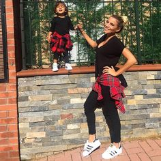 Mommy and daughter outfits and looks Mother Daughter Photos, Mother Daughter Matching Outfits, Mommy And Me Outfits, Mom Daughter, Mother Daughter Fashion, Outfits Teenager Mädchen, Teen Girl Outfits, Twin Day Outfits, Teenager Fashion