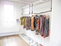 A clothes hanger as natural. -  Un colgador de ropa de lo más natural.