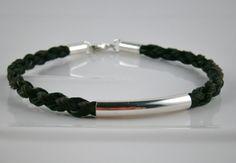 Armband aus Pferdehaar und einer Sequenz eingearbeitetem Haar seiner Besitzerin...