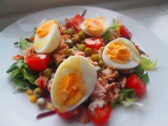 Gotowe przepisy: Sałatka z łososiem i jajkiem polana pysznym sosem