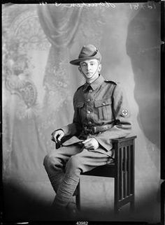This photograph is almost certainly a portrait of Roy Houchen, a soldier with the rank of Private in the New Zealand Expeditionary Force Medical Corps.