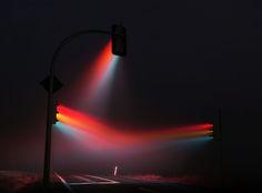 交差点でこんな光景に出くわしたら、思わず車を止めてしまうだろう。