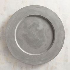 Modernize your dining look by layering your dinnerware atop our dishwasher-safe cement chargers. Farmhouse Dinnerware, Modern Dinnerware, Dinnerware Sets, Unique Home Decor, Home Decor Items, Cement Table, Home Design Diy, Concrete Crafts, Charger Plates