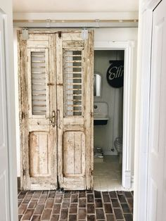 45 Awesome Diy Bathroom For This Summer Ideas – Diy Badezimmer Rustic Shutters, Diy Shutters, Farmhouse Shutters, Repurposed Shutters, Diy Interior Doors, Rv Bathroom, Bathroom Ideas, Bathroom Makeovers, Boho Bathroom