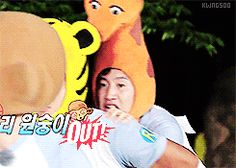 It's always so cute when Giraffe is protected by Tiger Hyung.