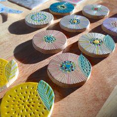 まるいお花の陶器ブローチ