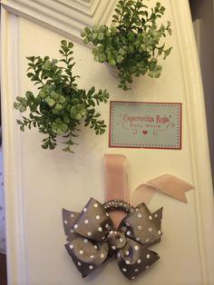 Con lazo de lunares blancos- cámel y tira de terciopelo rosa palo.