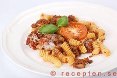 Pastagratäng - Recept på Pastagratäng. Mycket god och enkel. Med köttfärs, lök, pasta, tomater, ost och kryddor. Bilder steg försteg.