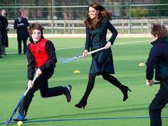 Kate Middleton brinca com crianças ao visitar sua antiga escola, em Pangbourne: um herdeiro para William  Foto: AP