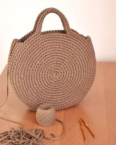 Crochet or crochet round woven bag.-Bolsa tejida en redondo en ganchillo o crochet. Crochet or crochet round woven bag. Crochet Diy, Crochet Crafts, Crochet Hooks, Crochet Ideas, Simple Crochet, Chunky Crochet, Crochet Round, Crochet Handbags, Crochet Purses