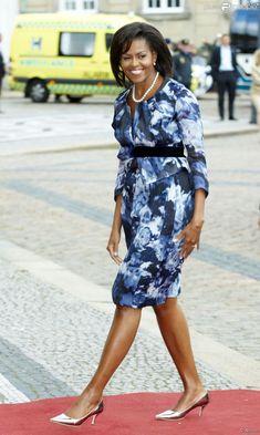 PHOTOS - Michelle Obama escolheu uma roupa clássica com estampa azul para o…