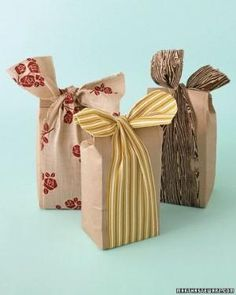 leftover fabric & brown bags, favor bags or gift bags Creative Gift Wrapping, Wrapping Ideas, Creative Gifts, Wrapping Presents, Pretty Packaging, Gift Packaging, Christmas Wrapping, Christmas Gifts, Santa Gifts