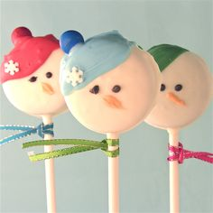 Snowman Oreo Pops...Bon let's make this at our Christmas party!!  farrisandfosters.com