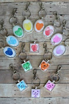 Easy Fingerprint or Thumbprint Heart Keychain Pendants - VIDEO A fingerprint or thumbprint keychain is a unique handmade craft and gift idea even kids can make. Use this easy fingerpr. Valentine's Day Crafts For Kids, Valentine Crafts For Kids, Fathers Day Crafts, Toddler Crafts, Gifts For Kids, Homemade Mothers Day Gifts, Mothers Day Gifts From Daughter, Unique Mothers Day Gifts, Mother Day Gifts