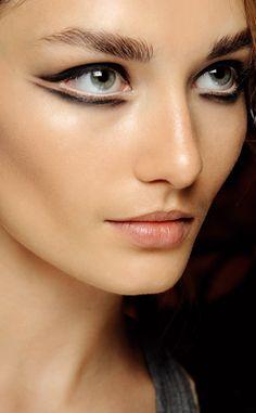 eyeliner de estética retro: el look de Marios Schwab