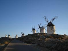 Molinos de Consuegra, Castiglia-La Mancha, Spagna. Author Pavle Madrid. Licensed under the Creative Commons Attribution-Share Alike