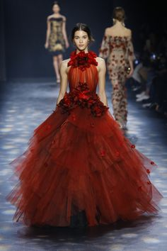 MARCHESA - New York Fashion Week. red tulle halter neckline ball gown wedding dresses 2018 marchesa bridal dresses with hand made flowers floor length formal gowns Style Couture, Couture Fashion, Runway Fashion, Fashion Show, Fashion Art, Net Fashion, Trendy Fashion, Fall Fashion, Style Fashion