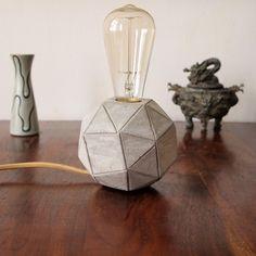 Moderne Wohndeko: Geometrische Tischlampe aus Beton, Industriestil / modern home decor: geometrical desk lamp made of cement in industrial style made by Beto-Licht via DaWanda.com