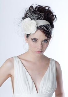 R1636 - Silk taffeta crescent with flower, chopped curled feathers and veil