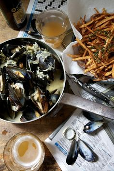 moules et frites.mussels and fries.mejillones y papitas fritas I throw down some great mussels but can't do a decent fry. Seafood Dishes, Seafood Recipes, Wine Recipes, Great Recipes, Favorite Recipes, I Love Food, Good Food, Yummy Food, Yummy Lunch