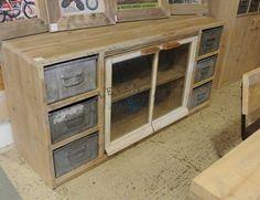 <p>Dit Dressoir Vintage is een zeer exclusief exemplaar, door de oude nostalgische boerderij ramen is elk meubelstuk verschillend. De oude industriele magazijnbakken geven het meubel nog eens extra karakter.</p><p>Dit meubel is een echte eyecatcher in uw interieur! Kijkt u ook eens bij de Kast Vintage om een mooie serie samen te stellen.</p>
