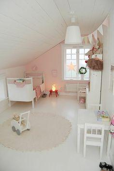 jolie chambre enfant fille de couleur rose pale, tapis rond beige, nuancier leroy merlin clairs