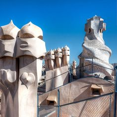 Casa Milá - Gaudi - Get or write a great travel guide to Barcelona at… Beautiful Architecture, Architecture Details, Modern Architecture, Gothic Quarter Barcelona, Great Buildings And Structures, Modern Buildings, Dubai Skyscraper, Antoni Gaudi, Barcelona Travel
