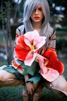 Grey-hair-flowers-model.jpg 467×700 piksel