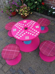 Super Kindertisch selbst gemacht. Einfach Kabeltrommeln besorgen und so gestalten wie du möchtest! Benutz für draußen aber Outdoor Farbe