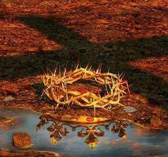 Jesus' Crown of Thorns reflecting the Merovingian Bloodline Crown. God and Jesus Christ Prophetic Art, Jesus Pictures, Jesus Is Lord, King Jesus, Lord Lord, King Of Kings, 1 Kings, Christian Art, Jesus Loves