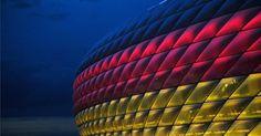 Die Diskussionen um miese Stimmung bei Heimspielen der deutschen Fußball-Nationalmannschaft sollten vorerst beendet sein. Beim Länderspiel Deutschland gegen Italien zeigt sich München als guter Gastgeber. Dass die Allianz Arena in Schwarz-Rot-Gold erstrahlt, begeistert die Fans.