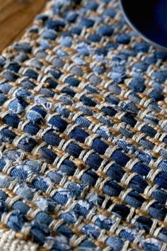 """Casual table in which Indigo Blue plays a leading role: Chihiro Kubota Photo Styling Web Magazine """"Klastyling"""" Living + Styling - Denim placemat - Jean Crafts, Denim Crafts, Weaving Projects, Crochet Projects, Artisanats Denim, Blue Denim, Rag Rug Diy, Denim Ideas, Weaving Textiles"""