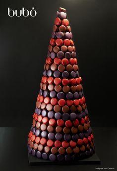Una de las pirámides de macarons que se preparó para el catering de HP en Fira de Barcelona el mes de diciembre. Macarons de chocolate, de violetas y de frambuesa.