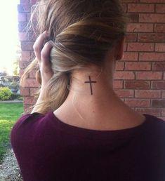 tatuajes de cruz en el cuello para mujer