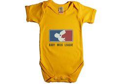 """Te ofrecemos un regalo de bebé realmente original. El body original de bebe """"Baby milk league"""", hace un guiño a la liga más famosa de baloncesto. Perfecto para un bebe muy nervioso, con ansias deportistas. O para unos padres fans del baloncesto. El caso es que es muy original."""