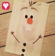 """Das Motto """"Eiskönigin"""" ist wie prädestiniert für eine Kindergeburtstag Party in der Weihnachtszeit. Wir haben hier ein paar Ideen für Deine Frozen Party. Z.B. diese hübschen Geschenkverpackungen?  Weitere schöne Ideen findest Du bei blog.balloonas.com  #balloonas #kindergeburtstag #frozen #eiskönigin #olaf"""