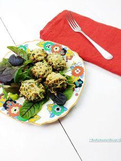 gevulde champignons met kruiden, op een mooi bordje met wat sla