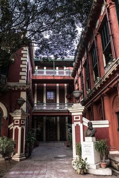Visit to Jorasanko Thakur Bari (Rabindranath Tagore's house) in Kolkata Rare Pictures, Pretty Pictures, Cool Photos, Porch And Terrace, Rabindranath Tagore, Art Drawings Beautiful, West Bengal, City Photography, Modern Buildings
