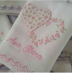 No photo description available. Hand Embroidery Flowers, Embroidery Monogram, Hand Embroidery Patterns, Embroidery Stitches, Machine Embroidery, Embroidery Designs, Baby Quilt Size, Baby Quilts, Baby Sewing Projects