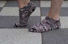 Stickade sockor mitt på blanka sommaren? Javisst, säger vi!!! Under den varmare halvan av året passar det nämligen finfint med tunna ankelsockor – s.k. FOOTIES. Häng på den senaste trenden, …