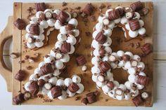 number cake noir et rose Number Birthday Cakes, 18th Birthday Cake, Number Cakes, Cupcakes, Cake Cookies, Cupcake Cakes, Surprise Cake, Egg Cake, Beautiful Birthday Cakes