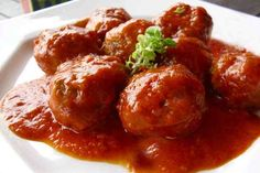 Soutzoukia is traditional Greek meatballs in tomato sauce full of totally satisfying flavors! This soutzoukakia recipe serves 6 persons. Greek Recipes, Meat Recipes, Cooking Recipes, Vegetarian Smoothies, Cyprus Food, Minced Meat Recipe, Greek Meatballs, Tapas, Greek Cooking
