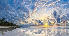 Bon dia! Este lugar aunque no lo parezca está en Kenya Diani Beach. Y es que no todo son safaris. Ya de paso mi apoyo a todos los voluntarios que aprovechan sus días de vacaciones para ayudar sin más. Unas veces lo puedes hacer cerca de casa y otras... muy lejos. A cambio de tu ayuda aprendes y creces | Fot.: Ralph Winter #cielo #sky #playa #beach #nubes #clouds #agua #water #kenya #diani