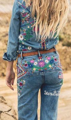 Jeans bordados, pins e patches florais