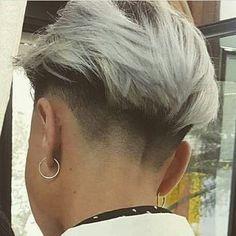 :)✂️ Show eles deixaram as madeixas crescerem e elas rasparam essa modernidade. Edgy Short Haircuts, Short Hair Undercut, Short Hair Cuts, Short Hair Styles, Undercut Girl, Undercut Fade, Pixie Haircuts, Pixie Cuts, Hairstyles Haircuts
